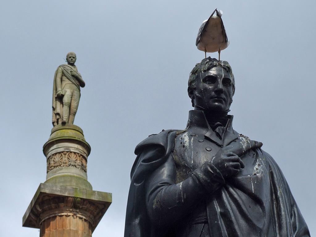 Sir Walter Scott (links) und schottisches Wildgeflügel