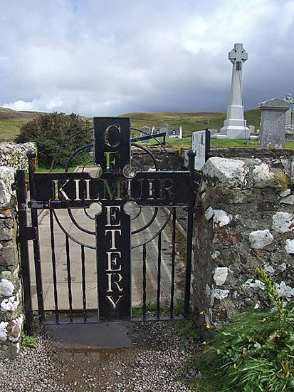 Das Grab von Flora MacDonald (hinten) auf dem Friedhof von Kilmuir