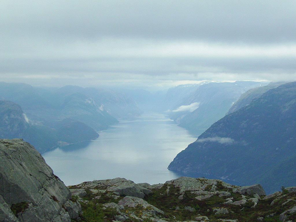 Blick vom Preikestolen den Lysefjord hinauf