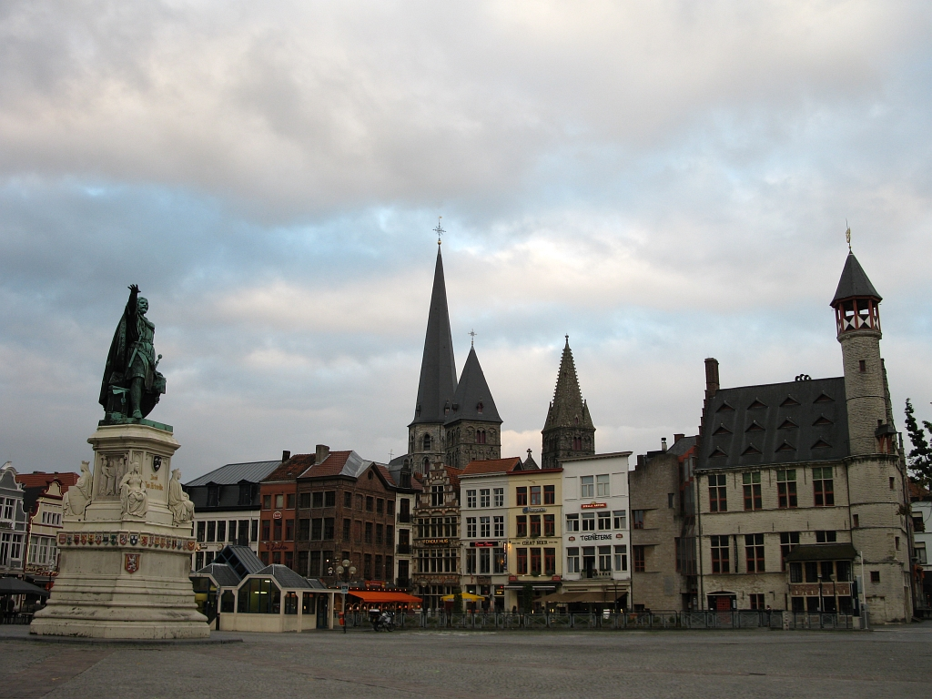 Der Vrijdagmarkt mit dem Denkmal...