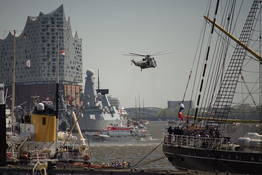 """SAR-Rettungsübung mit Seenotkreuzer und """"Sea King""""-Helikopter der Bundesmarine"""