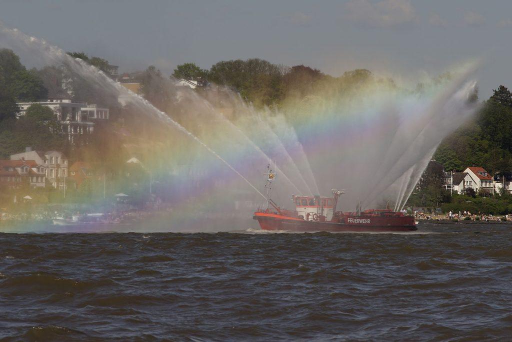 """Das Feuerlöschboot """"Oberbaurat Schmidt"""" legt einen Wasservorhang aus zehn Löschkanonen"""