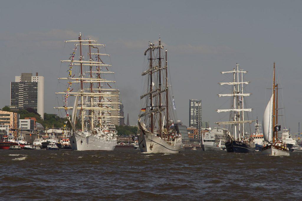 """Große Parade: das polnische Vollschiff """"Dar Młodzieży"""" ("""