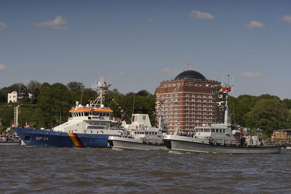 """Wächter der Meere: Der Rumpf des Küstenwachbootes """"Bad Bramstedt"""" (links) der Bundespolizei wurde in der Sonderwirtschaftszone Jantar in Kaliningrad gebaut. Rechts die dänischen Küstenwachboote MHV 903 """"Hjortø"""" und MHV 904 """"Lyø""""."""