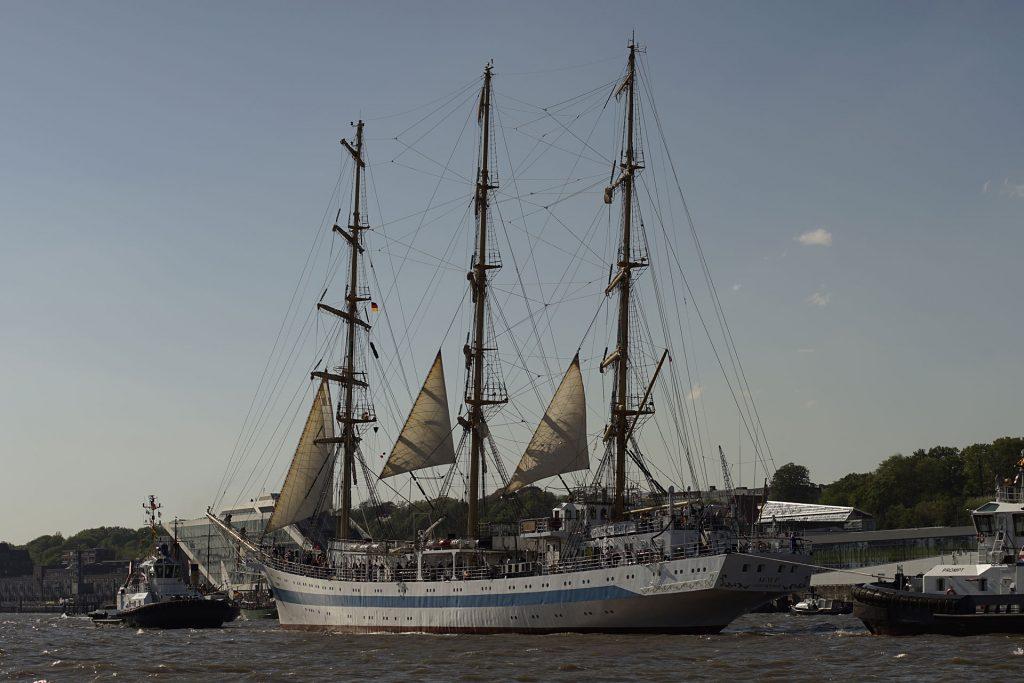 """Im Schlepp: das russische Vollschiff """"Mir"""", Schwesterschiff der """"Dar Młodzieży"""""""