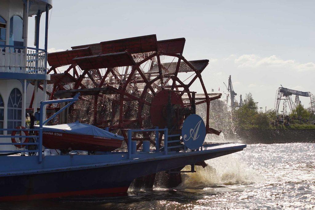 """Das Ausflugsschiff """"Louisiana Star"""" ist einem Mississippi-Raddampfer nachempfunden und wird für Hafenrundfahrten eingesetzt. Es hat Schraubenantrieb - das Schaufelrad ist nur Dekoration."""