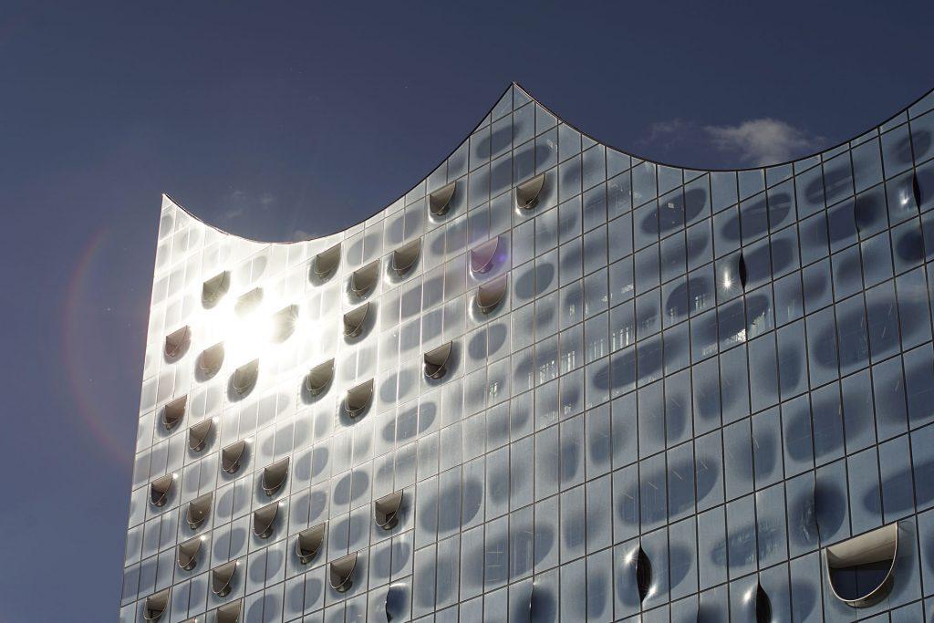 Glanzpunkt: Die Fassade besteht aus mehr als tausend zweiteiligen Glaselementen, von denen jedes mit einem einzigartigen Raster bedruckt und viele individuell geformt sind. Sie symbolisieren einen Kristall