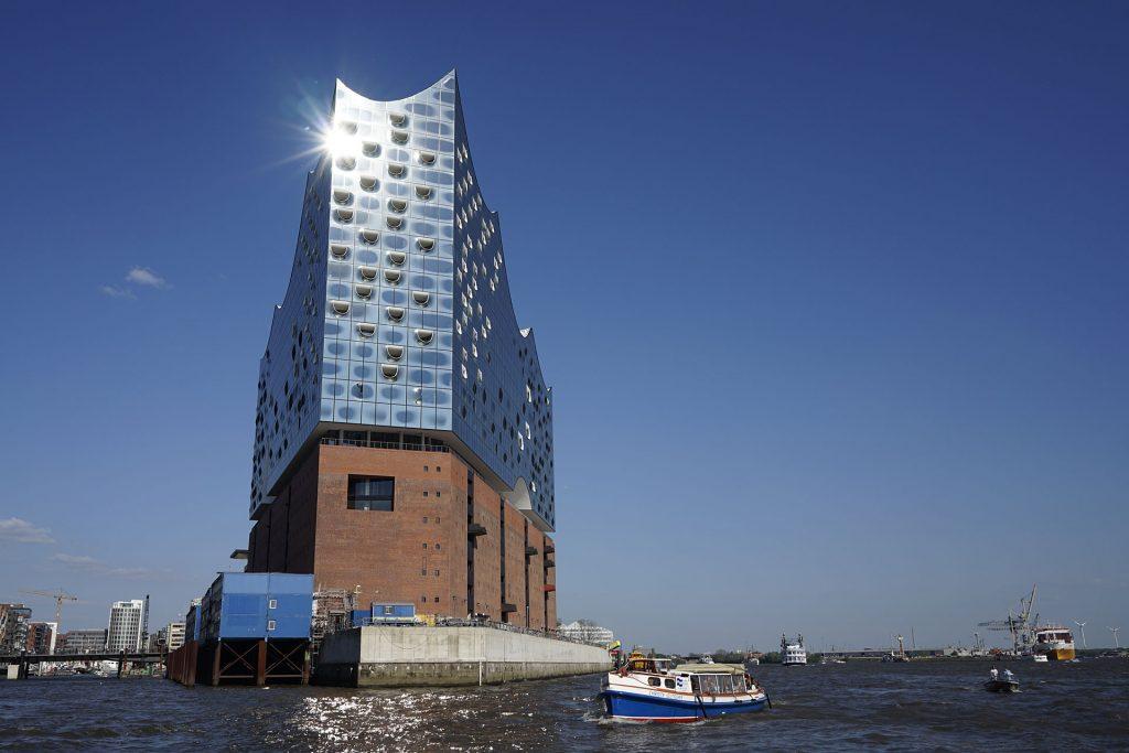 """Die auf den alten """"Kaispeicher A"""" aufgesetzte neue Elbphilharmonie ist das 110 Meter hohe Wahrzeichen der Hafencity. Für 77 Millionen Euro geplant, soll ihr Bau inzwischen rund 790 Millionen kosten."""